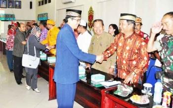 Wakil Bupati Kapuas Muhajirin menyalami para peserta sosialisasi