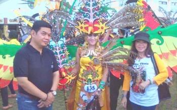 Peserta Festival Jajaka foto bersama Bupati Barito Timur, Ampera AY Mebas