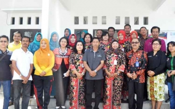 Lurah Lanjas Tri Winarsih (tengah) dan jajarannya foto bersama para tim penilai lomba desa dan kelurahan tingkat Kabupaten Barito Utara