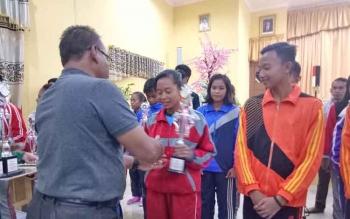 Sekretiaris Disdikbud Sukamara, Karyono menyerahkan hadiah kepada pemenangan lomba seleksi OOSN dan FLSSN tingkat SMP