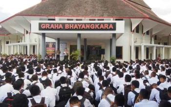 Ribuan casis menanti detik-detik pengumuman hasil tes pemeriksaan administrasi (Rikmin) di depan Gedung Graha Bhayangkara, Polda Kalteng, Jumat (21/4/2017)