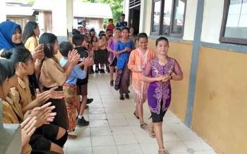 Pelajar SMPN 2 Sepang, Kabupaten Gunung Mas mengikuti lomba kebaya dalam rangka memperingati Hari Kartini ke-138, Sabtu (22/4/2017).