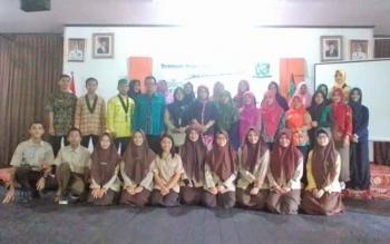 Ketua Umun HMI Cabang Kuala Kapuas, Muhammad Mirza dan Ketua Kohati Cabang Kuala Kapuas bersama sejumlah peserta seminar Hari Kartini.