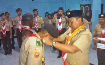 Ketua Mabicab Gerakan Pramuka Kabupaten Pulang Pisau Edy Pratowo menyematkan tanda peserta pada Kegiatan Kemah Budaya di Desa Mantaren II.