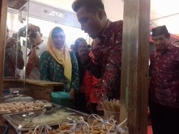Bupati Kotim, Supian Hadi seusai membuka pelaksanaan Sampit Expo dan melihat stand SOPD