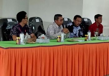 Bupati Seruyan Sudarsono (dua kanan) saat bertatap muka dengan puluhan kepala desa dari lima kecamatan di Gedung Serba Guna Pembuang Hulu, Kecamatan Hanau, Jumat (21/4/2017).