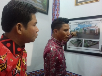 Ketua DPRD Kotim Jhon Krisli (kiri) dan Bupati Supian Hadi.