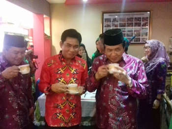 Ketua DPRD Kotim Jhon Krisli saat menikmati kopi di stand pameran DPRD Kotim bersama Wakil Bupati Kotim Taufiq Mukri.