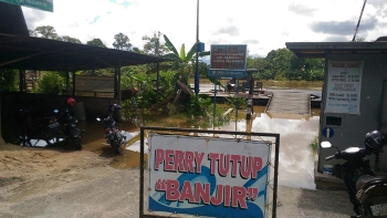 Fery penyeberangan di Kuala Kurun, Kabupaten Gunung Mas, tidak bisa beroperasi lantaran Sungai Kahayan meluap, Minggu (23/4/2017).