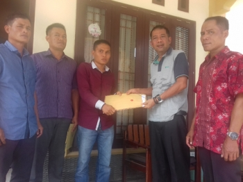Warga Kuala Kuayan saat menyerahkan laporan sengketa lahan dengan perusahaan besar swasta kepada Ketua Komisi I DPRD Kabupaten Kotim, Handoyo J Wibowo, beberapa waktu lalu.