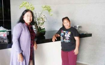 Fitri (kanan) asisten rumah tangga yang mendapat perjalanan wisata gratis gara-gara anjing.