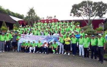 Ratusan peserta turnamen golf dalam rangka HUT Kalteng ke-60 sebelum turun lapangan di padang golf Bogor Raya, Minggu (23/4/2017).