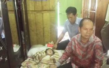 Bupati Kapuas Ben Brahim S Bahat didampingi dr Agus Waluyo Plt Dirut RSUD dr Soemarno Sosro Admojho Kuala Kapuas saat mengunjungi Nor Hasanah balita (3) yang terbaring di tempat tidur Minggu (23/4/2017).