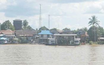 Fery penyeberangan tradisional sarat muatan melintas di Sungai Katingan di Tumbang Samba Kecamatan Katingan Tengah, Minggu (23/4/2017)