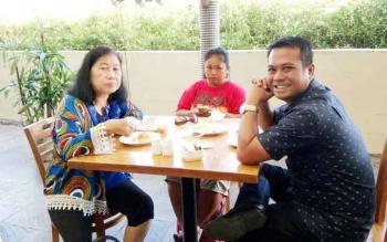 Fitriani (tengah) menikmati sarapan pagi di hotel sebelum memulai perjalanan menjelajah tempat-tempat wisata di Pulau Lombok.