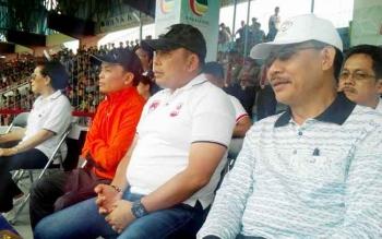 CEO Kalteng Putra, Agustiar Sabran (jaket orange) didampingi Kapolda Kalteng (dua dari kanan) menyaksikan langsung jalannya laga antara Kalteng Putra Vs PSBK Blitar, Minggu (23/4/2017).