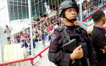 Aparat bersenjata lengkap menjaga berlangsungnya laga perdana grup 6, Liga 2 Indonesia antara Kalteng Putra Vs PSBK Blitar di Stadion Tuah Pahoe, Palangka Raya, Minggu (23/4/2017) sore.