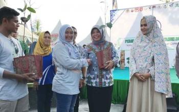 Bupati Kobar terpilih periode 2017-2022 Hj Nurhidayah (dua kanan) menerima bibit pohon dari panitia peringatan hari bumi di Pangkalan Bun, Sabtu (22/4/2017).