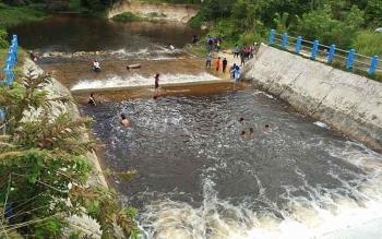 Sejumlah warga saat bermain air dan mandi di Dam Trinsing, Desa Trinsing, Kecamatan Teweh Selatan, Kabupaten Barito Utara.