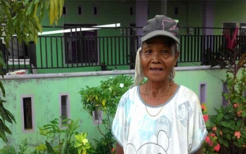 Ibu Tua Ini Menjaga Gedung Walet dengan Gaji Rp300 Ribu untuk Bayar Utang