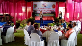 Gubernur Sugianto Sabran saat berpidato pada penutupan turnanen golf HUT Kalteng, di Bogor, Jawa Barat, Minggu (23/4/2017)