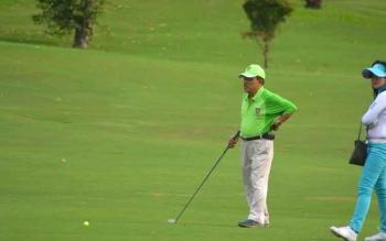 Ketua Pengprov PGI Kalteng Abdul Razak, saat memukul bola golf di Bogor Raya Golf, Minggu (24/4/2017).