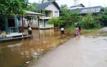 Luapan Sungai Barito yang sudah masuk pemukiman warga di Kelurahan Puruk Cahu, Kecamatan Murung, Kabupaten Murung Raya, Senin (24/4/2017)