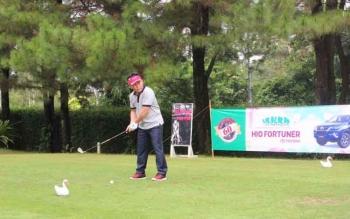 Gubernur Kalteng Sugianto Sabran saat memukul bola golf dalam pembukaan turnamen memperingati HUT ke-60 Kalteng di Padang Golf Bogor Raya, Minggu (24/4/2017)
