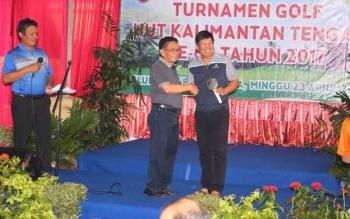 Haji RUslan AS saat menyerahkan salah satu hadiah grand lucky draw berupa sepeda motor kepada peserta yang beruntung