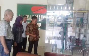 Ketua Baleg DPRD Kotim Dadang H Syamsu (batik kuning) saat melakukan monitoring beberapa waktu lalu bersama anggota Komisi III DPRD Kotim Debby Sartika.