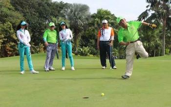 Ketua Pengprov PGI Kalteng yang juga Waket DPRD Kalteng, Abdul Razak saat memainkan pukulan bola golf di padang golf Bogor Raya