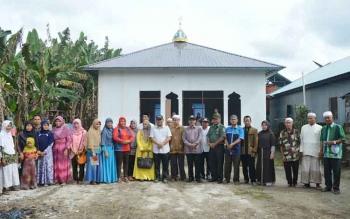 Bupati Ahmad Yantenglie foto bersama warga Tumbang Sanamang Kecamatan Katingan Hulu usai meresmikan musola di daerah itu