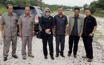 Komisi IV DPRD Kotim saat melakukan monitoring terkait infrastruktur jalan.