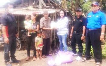 Pengurus PWI Kabupaten Kapuas kala mengunjungi dan menyerahkan bantuan kepada keluarga Ines (68) warga Desa Talekong Punai RT 5 Kecamatan Kapuas Murung Kabupaten Kapuas, Senin (24/4/2017).
