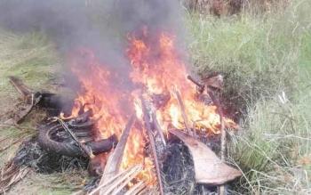 Motor pencuri walet dan helm saat dibakar warga.
