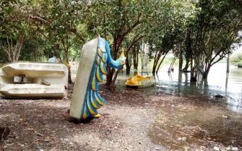 Beberapa buah sarana wisata air berupa perahu bebek di lokasi wisata air Danau Seluluk, tampak teronggok tak terpakai pengunjung