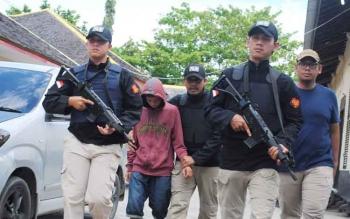 Govinda saat digiring anggota kepolisian ke Mapolres Barito Utara.