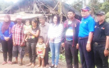 Pengurus PWI Kabupaten Kapuas seusai menyalurkan bantuan bagi keluarga Ines, Senin (24/4/2017).