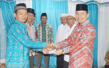Bupati Kapuas Ben Brahim S Bahat menyerahkan bantuan kepada panitia Masjid Nor Shodikin, Desa Saka Tamiang, Kecamatan Kapuas Barat, Minggu (23/4/2017) sore.