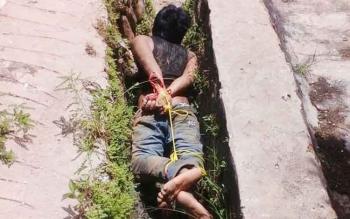 Muhlis diikat warga lantaran menganiaya bapak kandungnya sendiri.