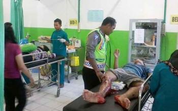 Askar dan Lia aryawan PT BSK di Sebabi Kobar yang mengalami kecelakaan lalilintas saat dirawat di RSUD Mas Amsyar Kasongan, Senin (24/4/2017) sore