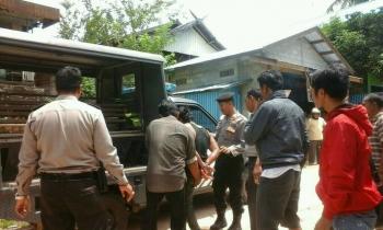 Muhlis saat diamankan polisi setelah menganiaya ayahnya.