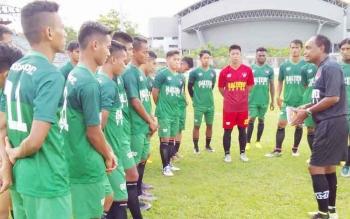 Pelatih Kepala Kalteng Putra, Kas Hartadi memberikan arahan kepada anak didiknya di Stadion Tuah Pahoe, Palangka Raya, Senin (24/4/2017).
