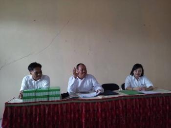 Basori, penyuluh bahasa pada Balai Bahasa Kalteng (tengah) saat mengumumkan hasil penjurian Sayembara Penulisan Bahan Bacaan Gerakan Literasi Nasional tingkat Provinsi, beberapa waktu lalu.