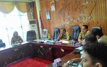 Jajaran Pemko Palangka Raya yang dipimpin Plt Sekda, Kandarani memimpin rapat gabungan SKPD di PK I, Selasa (25/4/2017).