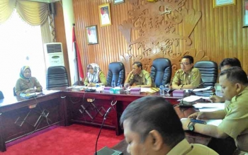 (Kiri ujung) Hera Nugrahayu, Kepala Bappeda Kota Palangka Raya saat menyampaikan pendapat dalam rapat di aula Peteng Karuhei I, Selasa (25/4/2017)