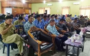 Peserta pengelola perpustakaan saat mengikuti kegiatan DPK Sukamara bimbingan teknis menejemen perpustakaan di gedung Gawi Barinjam.