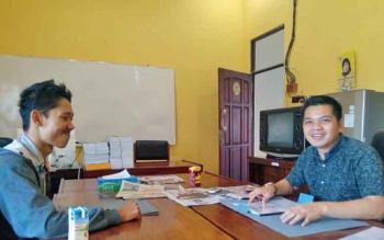 Warga Gang VU Rawasari, Budi Saputra saat menemui anggota DPRD Kapuas Bob Dwi Cipta Mahaputra, Selasa (25/4/2017)