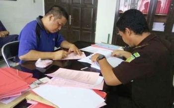 Jati Ariyanto tersangka kasus sabu saat diperiksa jaksa.