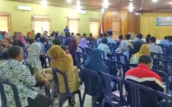 Peserta Bimtek Menejemen Perpustakaan saat mendengarkan sambutan Asisten I Bidang Pemerintahan dan Kesejahtaraan Rakyat (Kesra) Sekda Sukamara, Chairuddin di gedung Gawi Barinjam.